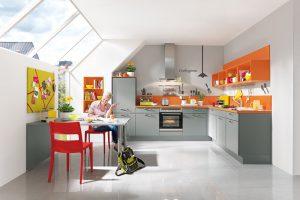 Kzákladní šedé lince zvolte například oranžovou laminátovou pracovní desku. Kuchyně Lisa nabízí také bílé, pískové nebo magnoliové odstíny. FOTO SIKO