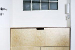 Kočičí toaletu architekti důmyslně ukryli do levé části botníku. Foto TRAGA