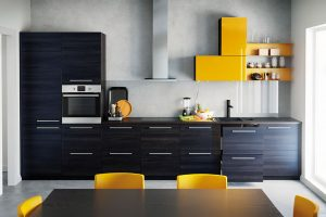 Minimalistickou tmavou kuchyň lze ozvláštnit například jednou skříňkou výraznější barvy, kterou doplňte židlemi ve stejném odstínu. FOTO IKEA