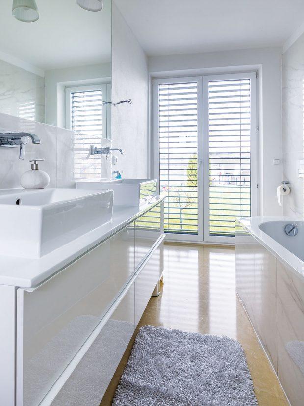 Koupelna vbílé barvě slitou béžovou podlahou působí čistě aútulně. Foto MIRO POCHYBA