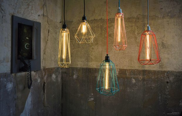 Lucemburská značka Filament Style vyrábí svá svítidla výhradně zkovu. Vkolekci Diamond proto nalezneme barevné kovové klece, zavěšené natextilním elektrickém kabelu. Působivě bude vypadat kombinace několika typů avelikostí klecí. Kdostání jsou dlouhé úzké ivětší širší kusy. FOTO FILAMENT STYLE