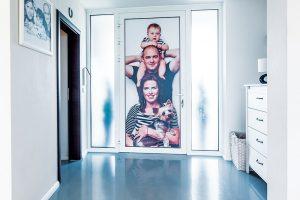 Litá podlaha dotváří jednoduchý vstup, který si majitelé oživili rodinnou fotografií umístěnou na vchodových dveřích. Foto MIRO POCHYBA