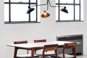 Hlavní rys kolekce Waldorf od kanadské značky Lambert&Fils kombinuje otevřené půlkulové stínidlo scylindrickým krytem zásuvky. Složené stínidlo je umístěno na stabilní trojnožce. Čistá aerodynamická kompozice krásně vynikne například nad jídelním stolem. FOTO MONOBRAND