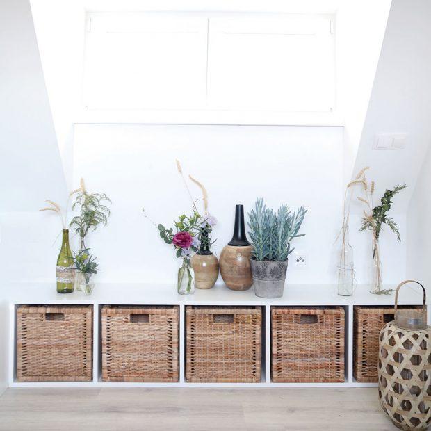 Skříňka pod oknem skvěle poslouží ijako lavice na sezení. Její tvar se přizpůsobil ratanovým košíkům. Foto HAUSMAUS