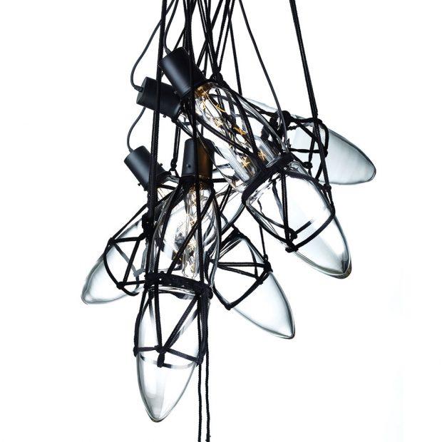 Techniku pevného svazování aplikovala Kateřina Handlová na svá svítidla Shibaru, značky Bomma. Kombinace skleněných baněk, pevně omotaných provazy, tvoří jakýsi propletenec. Linie, smyčky auzly však mají svůj pevný řád. FOTO BOMMA