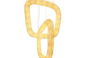 Je libo ještě další materiál? Možná vás oslní závěsné svítidlo Double Orbit značky Ango. Pohled na veliké propletené prstence, jejichž základem je ocel aobal tvoří ratan, je nevšední zážitek. Celá kompozice je totiž veliká 1,7 m. Za povšimnutí rovněž stojí stojací lampa z hedvábných kokonů. FOTO ANGO