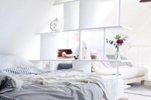 Syrové dřevěné prvky, paletová postel acívka vposchodí mají evokovat venkov. Nechybí množství textilií adoplňky, které interiér zjemňují. Foto HAUSMAUS
