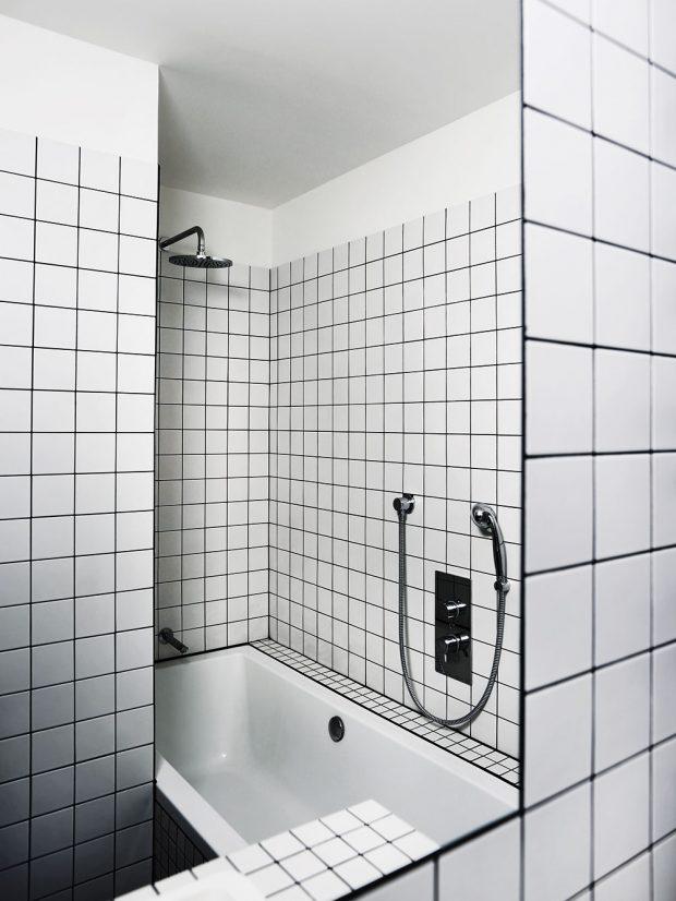 Částečným zasunutím vany za toaletu vznikl zároveň zapuštěný sprchový kout. Foto TRAGA