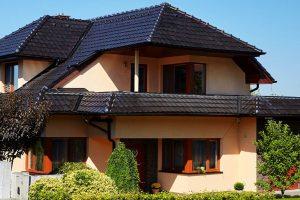 Povrchová úprava tašek má zásadní vliv na vzhled střechy