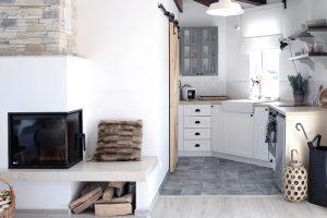 Dlažba v kuchyni, imitující beton, optickyodděluje prostor kuchyně aobývacího pokoje azároveň lépe odolá případným pádům kuchyňského náčiní. Foto HAUSMAUS