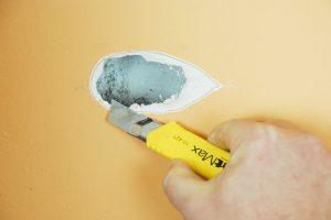 1. ŘEZÁNÍ Poškozený sádrokarton očistíme ostrým nožem tak, aby roztřepené papírové okraje nevyčuhovaly nad rovinu povrchu.Foto Marcela Gigelová