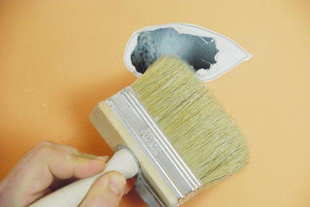 2. OČIŠTĚNÍ Zednickým štětcem důsledně odstraníme sádrový prach, aby na podklad dobře přilnula samolepicí záplata.Foto Marcela Gigelová