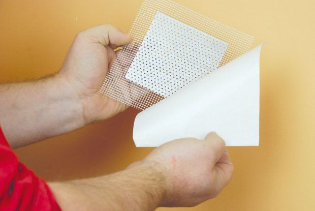 3. ODSTRANĚNÍ KRYCÍ VRSTVY Lepicí rubová strana záplaty je zakryta voskovaným papírem. Ten odstraníme azáplata je nachystaná knalepení.Foto Marcela Gigelová