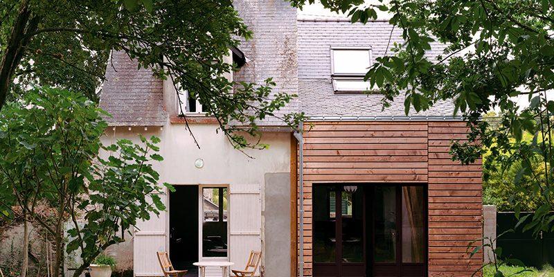Skromná dřevěná přístavba k rodinnému domu se i přes nízký rozpočet podařila!
