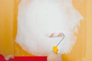 10. PENETRACE Na opravenou plochu naneseme smírným přesahem penetraci. Tu ředíme podle pokynů výrobce azároveň ředění přizpůsobujeme stavu podkladové barvy.Foto Marcela Gigelová