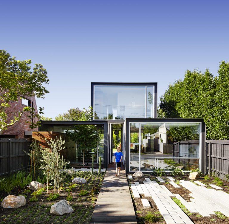 Udržitelný rodinný dům z místních materiálů, v němž se zrcadlí prostředí