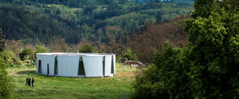Nízkoenergetický dům nedaleko Prahy s eliptickým půdorysem