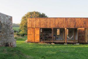Minimální rekreační dům mezi zdmi staré stodoly: Pohodlný, ale ne nad limit!