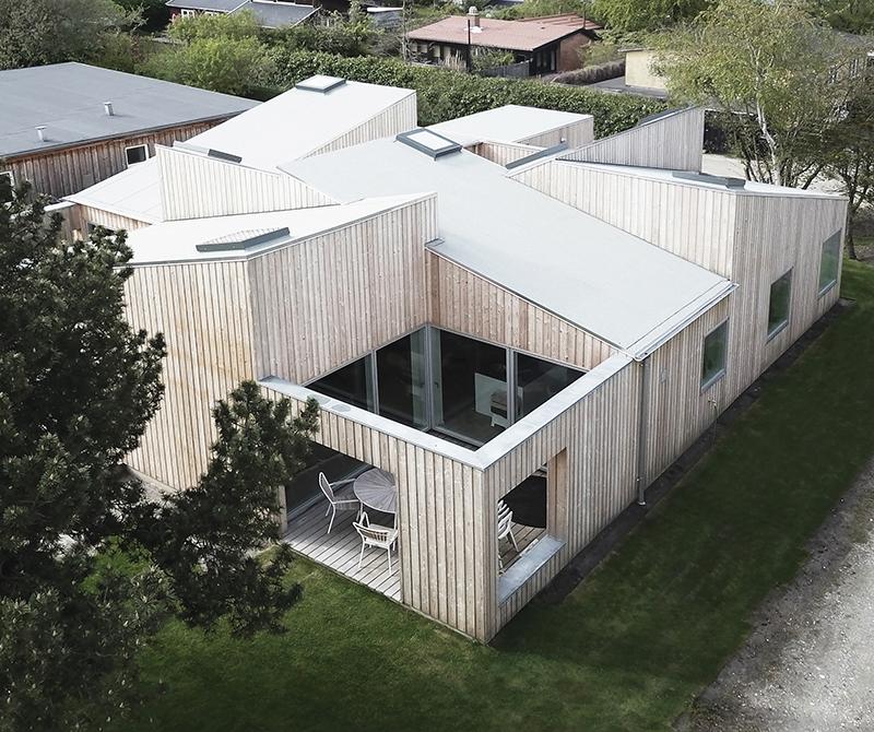 Mozaika místností, teras a jejich střech: Moderní střešní dům nabízí zážitek ze světla