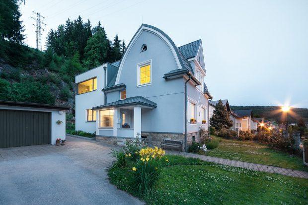 Dva zcela odlišné domy, a přece tvoří celek!