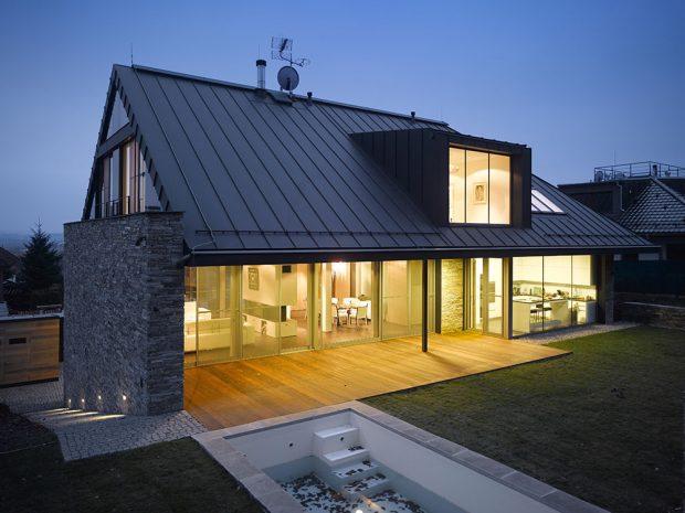 Moderní rodinný dům se sedlovou střechou si zachoval tradičního ducha