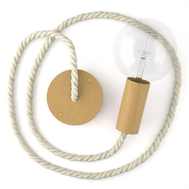 DĚTSKÝ POKOJ můžete dotvořit originálním dřevěným svítidlem, jehož kabel tvoří tlustší námořnické lano ze surové bavlny. Velký výběr barev i různých tloušťek lana nabízí Creative-Cables.