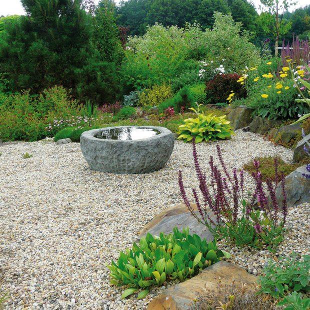 Vodu do zahrady můžete přivést i v menším množství, například v podobě okrasného ptačího pítka. FOTO LUCIE PEUKERTOVÁ