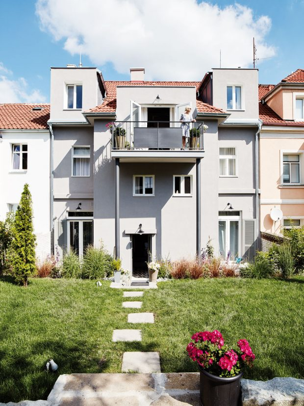 Nájemní vilku z roku 1914 v pražském Břevnově dvojice kompletně zrekonstruovala. V domě se měnily rozvody, izolace, část trámů i fasáda. FOTO LE PATIO/PETR KARŠULÍN