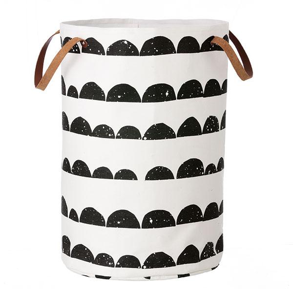 Nezapomeňte si koupelnu zpestřit také nevšedním prádelním košem. Třeba z biobavlny s koženými uchy Half Moon Laundry Basket od dánské značky Ferm Living. FOTO DESIGNVILLE