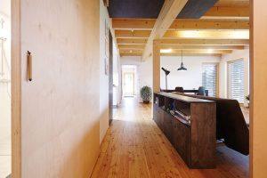 Hlavním interiérovým prvkem je přiznaná nosná konstrukce ze světlého dřeva. FOTO: Jiří Princ