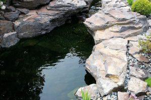 Okrasné jezírko určené pro chov ryb v asijské zahradě. FOTO LUCIE PEUKERTOVÁ