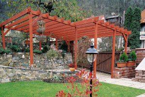 Ideálními nátěrovými hmotami pro ošetření zahradních domků, přístřešků či pergol jsou lazury, které zabarvují dřevo do požadovaného odstínu a současně zachovávají jeho přirozenou krásu. Zároveň chrání povrch před povětrnostními vlivy. Lazury dobře pronikají do struktury dřeva, a proto se v případě potřeby snáze obnovují. FOTO BALAKRYL