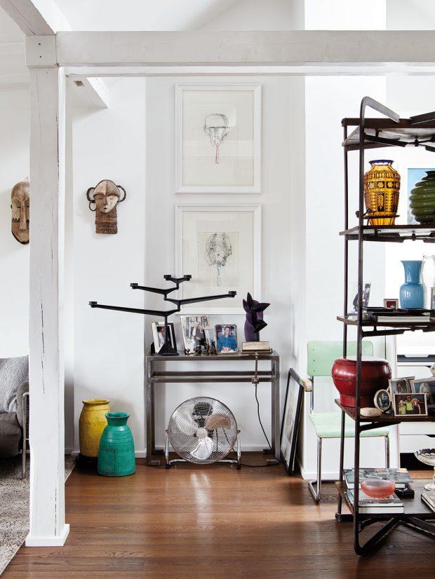 Subtilní kovové regály a police umožňují naplno vyniknout dekoracím i nádobí a příjemně korespondují s loftovým charakterem horního podlaží. FOTO LE PATIO/PETR KARŠULÍN
