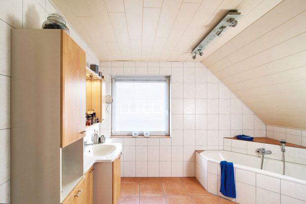 1 Původní stav. Koupelně dominovala v rohu umístěná vana a nábytek s dvířky ve světlém dekoru dřeva. FOTO VIEGA, ROSE BENNINGHOFF