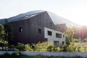 Dům jako ze stavebnice: Kamenný kvádr a dřevěná chalupa se sedlovou střechou