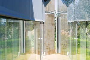 Hlavní fasáda se skládá z dvojité skleněné stěny opatřené roletou. V obou prosklených stěnách najdeme otvíravé části. FOTO: HERVÉ ELIENA, V2COM