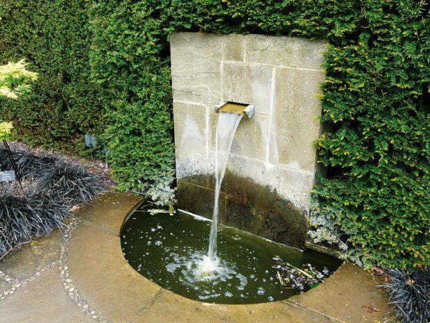 Voda v pohybu vnáší do zahrady dynamiku. FOTO LUCIE PEUKERTOVÁ