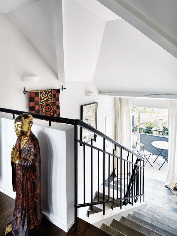 Mezi podlažími dobudovali pohodlný balkon, který skvěle poslouží například i pro posezení při odpolední kávě. Schodiště také dotvářejí dekorace z cest a obrazy. FOTO LE PATIO/PETR KARŠULÍN