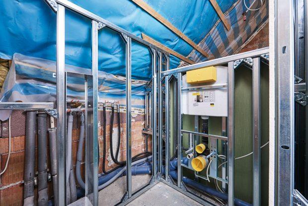 4 Prostory mezi jednotlivými prvky poslouží například na zabudování WC zařízení. Stejně tak do nich můžete (jako v případě této realizace) integrovat držák toaletního papíru a kartáč na toaletu. FOTO VIEGA, ROSE BENNINGHOFF
