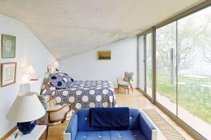 Interiér je koncipován jednoduše, přesto je díky kombinaci moderního a historického nábytku dostatečně útulný a hřejivě působící. FOTO: HERVÉ ELIENA, V2COM