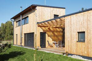 Fasáda domu je obložena modřínovým dřevem. To brzy zešedne a získá estetickou patinu. FOTO: Jiří Princ