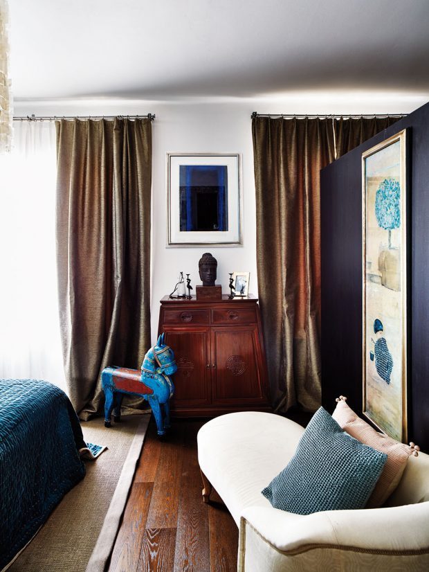 Přečalouněná lenoška z období Biedermeieru i modrý koník, který se kdysi točil na kolotoči v Indii, patří k zařízení, které si Monika a Michael přinesli z předešlého bydlení. FOTO LE PATIO/PETR KARŠULÍN