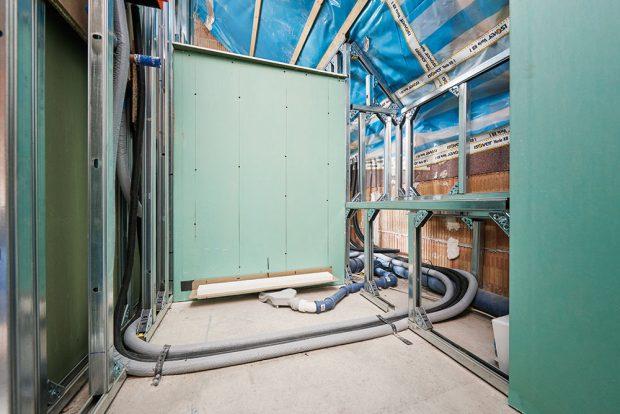 3 Předstěnový systém Steptec od firmy Viega pracuje se dvěma komponenty – předstěnovou kolejnicí a spojkou. Spojka představuje multifunkční prvek, který zvládá nejen standardní montážní situace v úhlu 45 a 90°, ale je možné ji při použití montážního kloubu flexibilně instalovat i na šikmý strop v podkroví. Výhodou je, že se kolejnice dají řezačkou přesně zkrátit přímo na místě. FOTO VIEGA, ROSE BENNINGHOFF