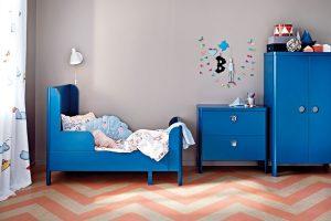 Postel BUSUNGE je prodloužitelná, a tak si ji můžete nastavit podle výšky dítěte. Minimální délka je 138 cm, maximální délka 208 cm. FOTO IKEA
