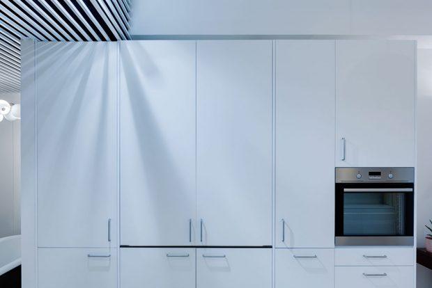 Designéři pojali prostor pro vaření silně minimalisticky, nešetřili zde ovšem na úložných prostorech. Kuchyň není využívána každý den, proto se v mezičase ukrývá ve skříni. FOTO: BOYSPLAYNICE
