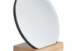 Malé kulaté zrcátko by mělo být součástí každé koupelny, ať už to zvětšovací, nebo klasické. FOTO HM