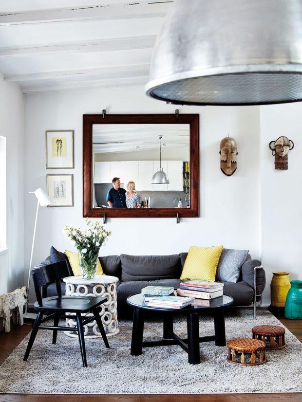 Kosmopolitní charakter interiéru dotváří nábytek a doplňky přivezené z cest. Podobné kousky najdete právě v Moničině obchodě Le Patio, který sama zásobuje originály z různých koutů světa. Nechybí v něm však ani industriální a minimalistické prvky, které jsou blízké zase Michaelovi. FOTO LE PATIO/PETR KARŠULÍN