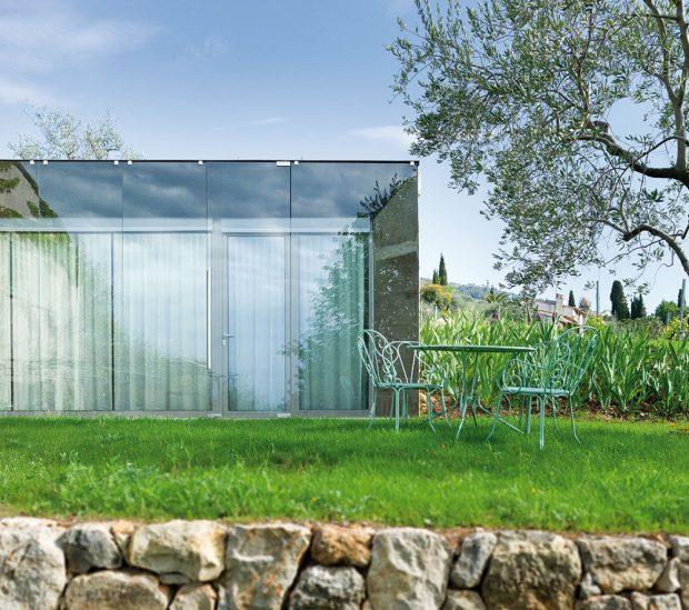 Idylku francouzského venkova citlivě dotváří nenápadná a zároveň jasně čitelná moderní architektura. FOTO: HERVÉ ELIENA, V2COM