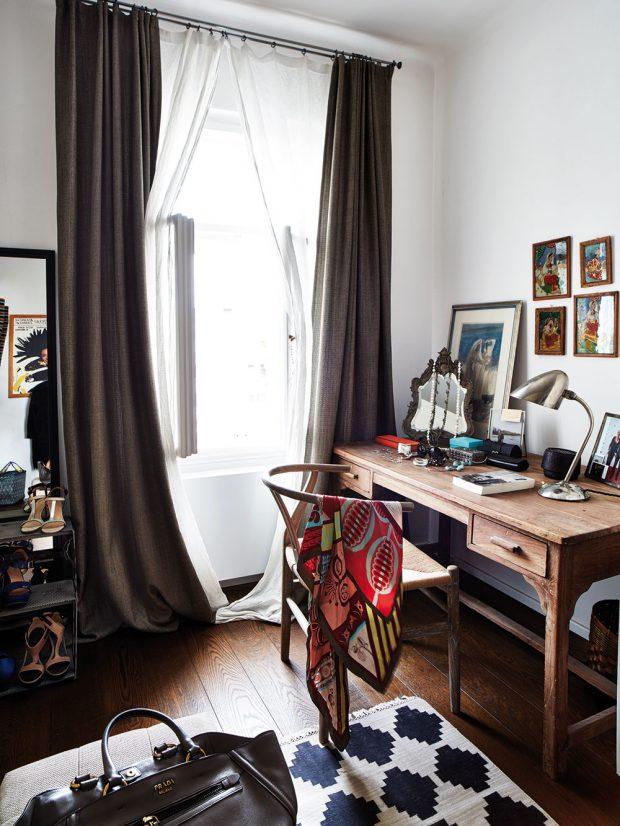 """V šatně Monice nechybí ani prostorný stůl, který plní funkci toaletního stolku, k práci ho využívá minimálně. """"V práci trávím hodně času a snažím se jí doma příliš nevěnovat. Svou kancelář mám spojenou s naším obchodem v Jungmannově ulici,"""" vysvětluje. Michael naopak pracuje doma často – svůj tvůrčí prostor má v obývací místnosti. FOTO LE PATIO/PETR KARŠULÍN"""