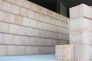 Hotová zeď ve vnitřních prostorech hrubé stavby. Zdroj: Českomoravský beton